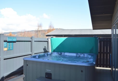 Oak Platinum Hot Tub Lodge - 4 Bedrooms