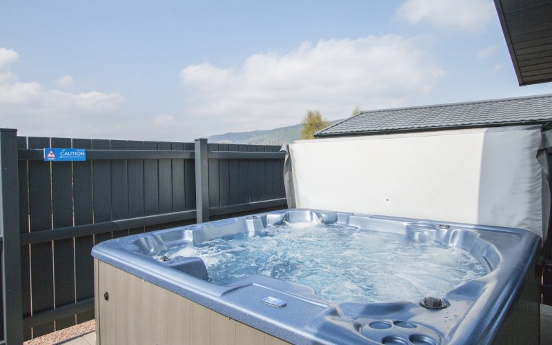 Oak Platinum Hot Tub Lodges - Hot Tub