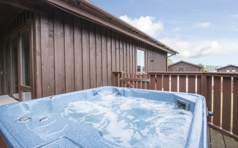 Rowan Hot Tub Lodge - Hot Tub