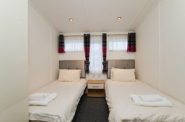 Oak Premier Lodge - Twin Bedroom