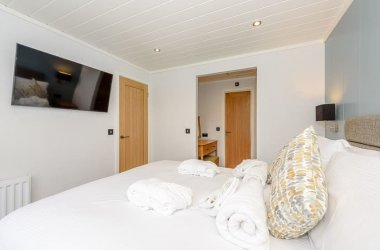 Pond View Retreat Hot Tub Lodges
